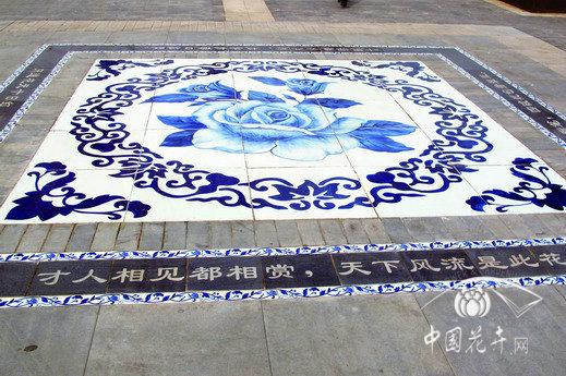 7月18日消息:随着园林建设水平的提升,地面铺装用材和图案样式也日趋丰富。在北京园博园中,就有不少别具一格的地面铺装。